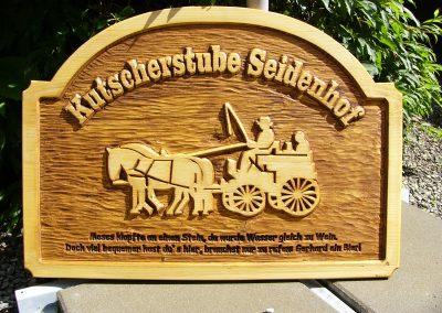 Kutscherstube Seidenhof, geschnitzes Firmenschild aus Holz