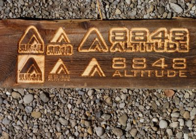 8848 Altitude Logo in Altholz gefräst Musterschild