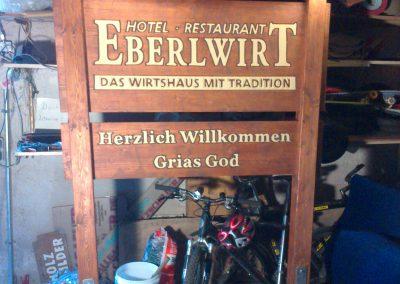 Eberlwirt Holzgestell Holzschild mit Dach beleuchtet