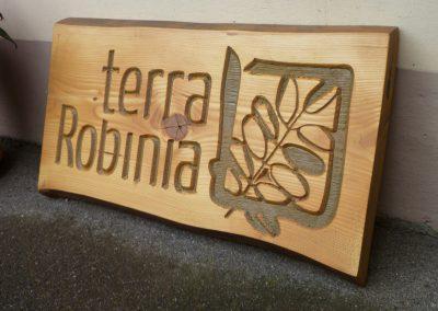 terra Robinia, Firmenschild aus Holz mit Logo