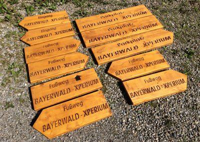 Bayerwald Xperium Holzwegweiser für Fußweg und Parkplatz