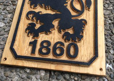 Löwen Wappen geschnitzt