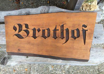Brothof, Frakturschrift vertieft graviert in Holz