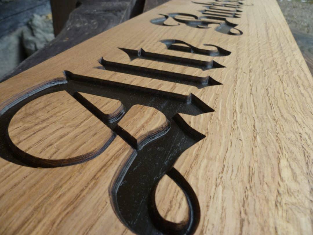 Holzschilder mit vertiefter Schrift