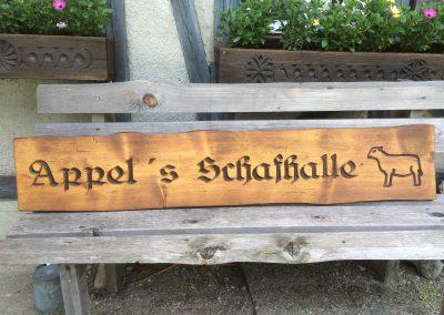 Appel Schafhalle, rustikale Holzschilder