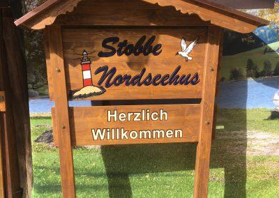 Holzschild in Balkengestell mit Dach Nordseehus Stobbe CUX