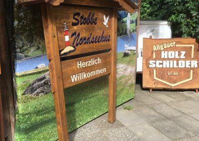 Holzschild in Balkengestell mit Dach Nordseehus Stobbe