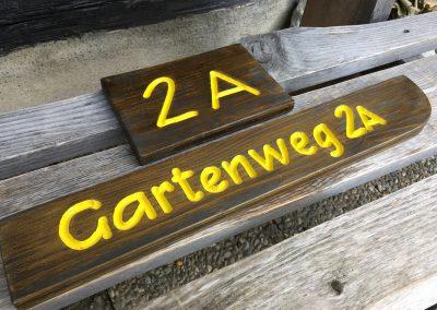 Hausnummer und Strassenschild aus Holz