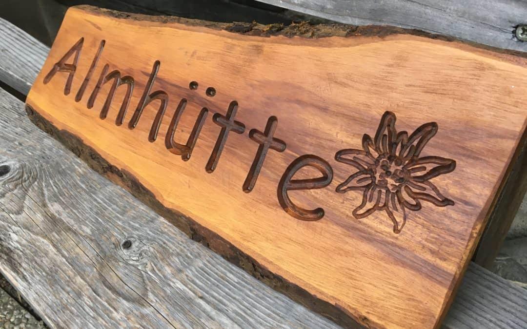 Holzschilder rustikal mit vertiefter Schrift
