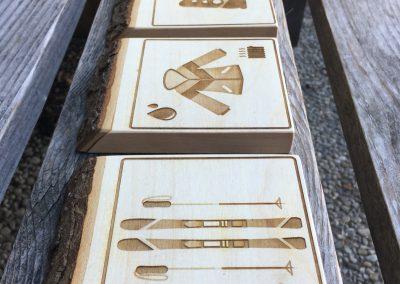 Piktogramme Hotelbeschilderung aus rustikalem Holz