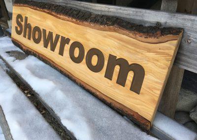 Showroom, rustikales Holzschild für Ausstellung