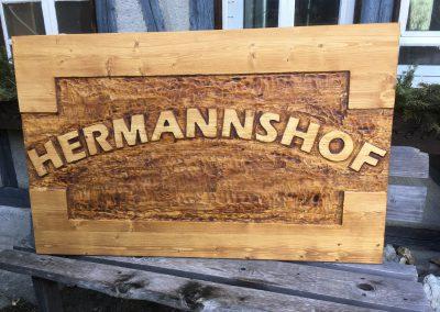 Hermannshof, Holzschild geschnitzt, erhabene Schrift