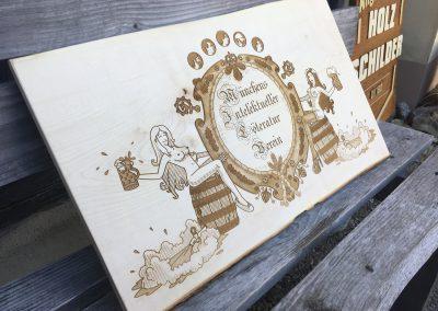 Lasergravur auf Holz in Graustufen