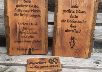 Kristall Sauna Badelandschaft, Holzschilder