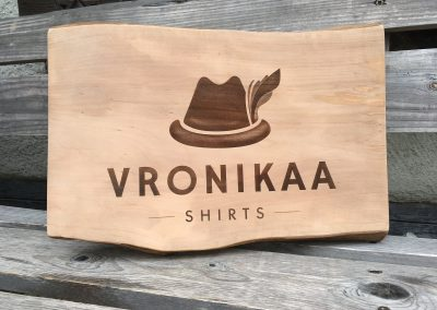 Vronikaa Shirts - Firmenlogo aus Holz