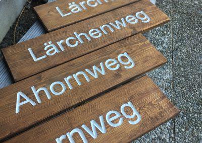 Wanderwegeschilder aus Holz, Strassenschild