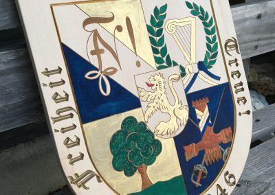 Wappen Logo graviert und coloriert Holzschild