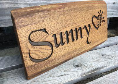 Sunny - rustikal vertieft gefrästes Holzschild
