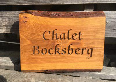 Rustikales Holzschild Chalet, ungesäumt gefräst