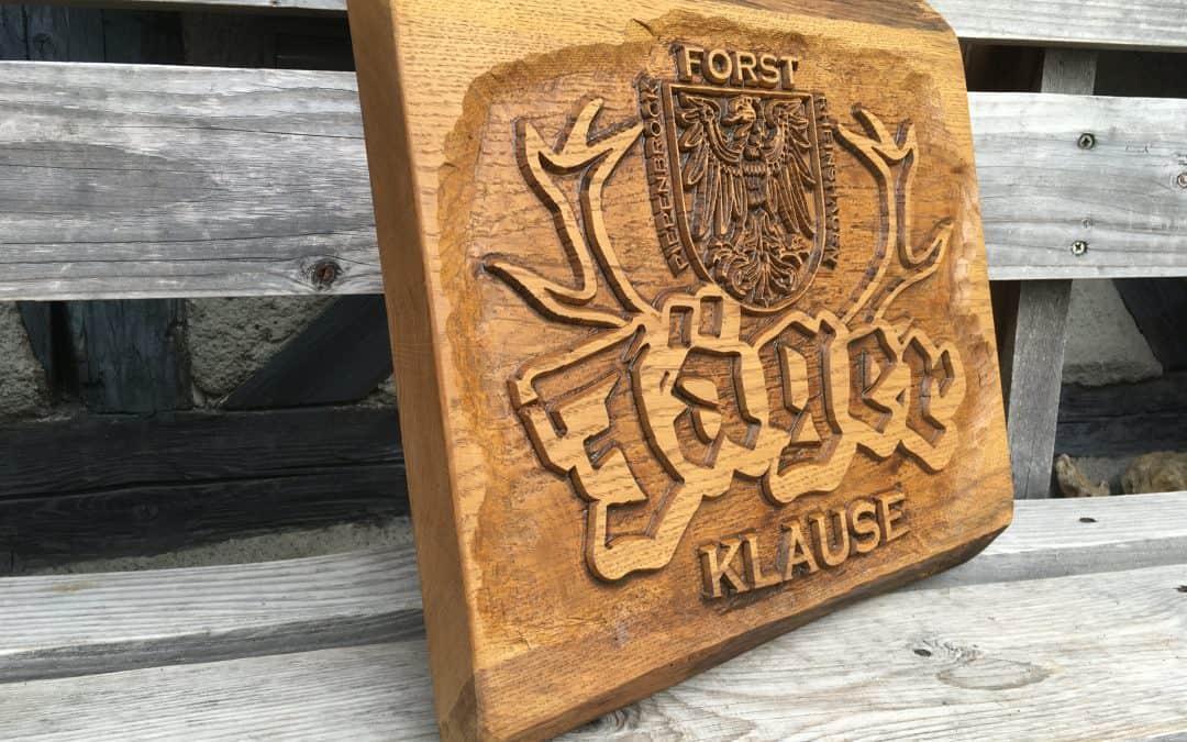 Holzschilder mit gefrästem oder geschnitztem Umfeld