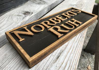 Holzschild, Umfeld vertieft, Schrift erhaben, Norberts Ruh