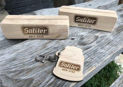 Saliter Tischaufsteller und Schlüsselanhänger
