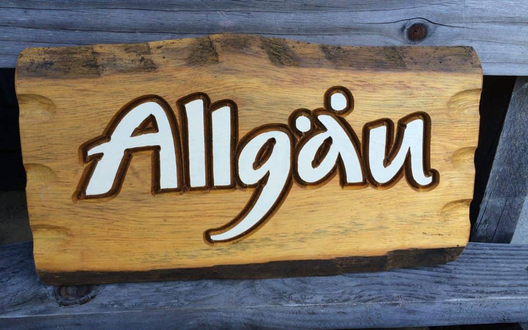 Holzschilder mit Konturen gefräst, Buchstaben farbig