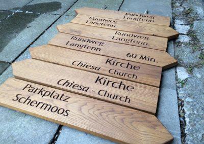 Holzwegweiser mehrsprachig Eiche Südtirol