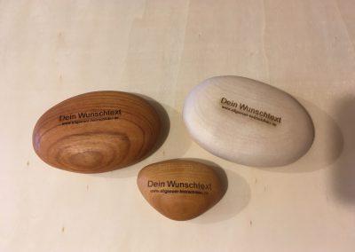 Steine aus Holz als Taschenschmeichler