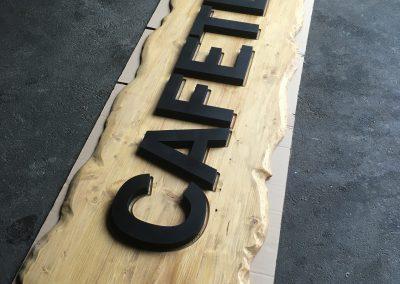 Holzbuchstaben lackiert und auf Holzschild aufgesetzt