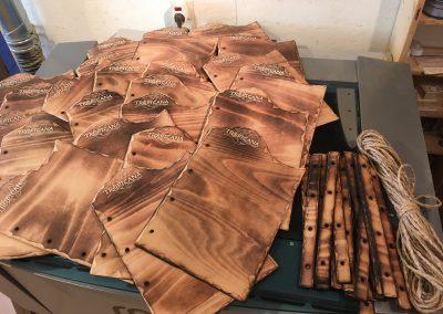 Speisekarte aus rustikal geflammtem Holz