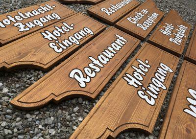 Holzwegweiser für Hotel und Gastro