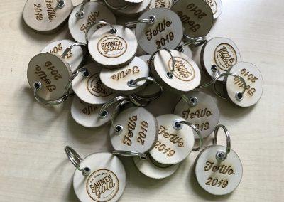 Schlüsselanhänger aus Holzscheibe