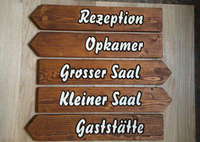 Holzwegweiser für Innen und Aussen